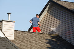 man-his-roof-power-washing-vinyl-siding-standing-house-cleaning-washer-53491121[1]