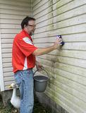 removing-algae-mold-vinyl-siding-worker-molf-house-59278930[1]